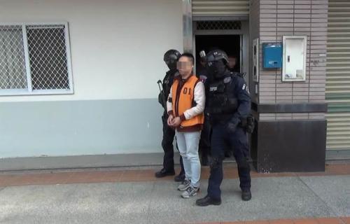 """台中市警方查获诈骗集团,成员租赁学生套房设置机房。(图片来源:台湾""""中国时报"""")"""