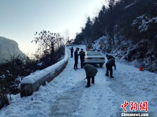 民警与村民用斧头凿开长达1公里的山路 覃家华 摄