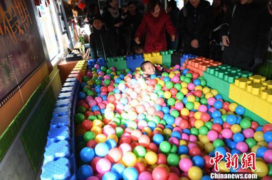 资料图。2018年春运期间,中国铁路兰州局集团的春运列车上设立儿童乐园温暖归途中的旅客。 杨艳敏 摄